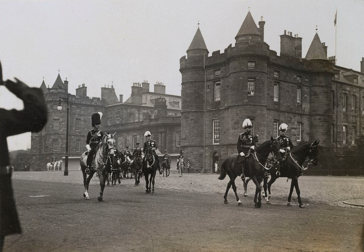 King George V leaving the Palace of Holyroodhouse, July 1911. © The Royal Collection Trust.