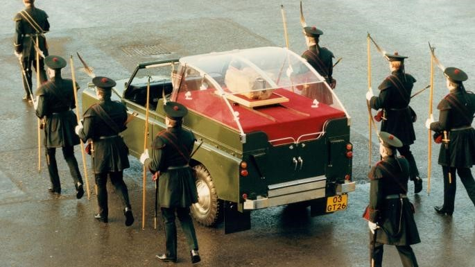 Archers escort The Stone of Destiny to Edinburgh Castle, 30 November 1996.